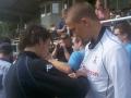 Simon Davies signerar en tröja efter ett träningspass i Kungsbacka