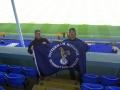 Mikael Nilsson och Bob Knight visar stolt THSS-flaggan