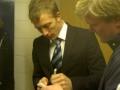 Erik Edman skriver autografer åt THSS