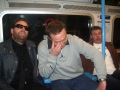 Matt Mellow bär såklart solglasögon i tunnelbanan
